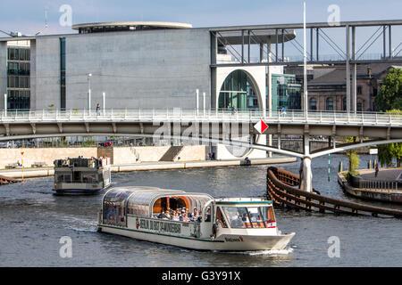 Fluss Kreuzfahrt Boote, Sightseeing-Trip am Fluss Spree, Berlin, Deutschland, Regierungsviertel, Capital Beach Biergarten, - Stockfoto