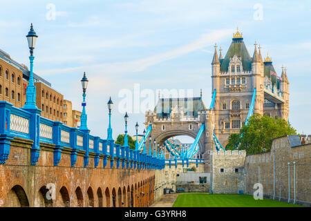 Tower Bridge in London aus dem nördlichen Ufer der Themse