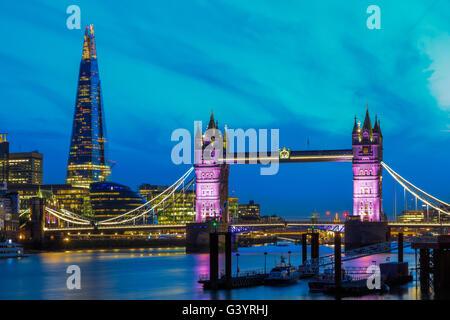Skyline von London in der Nacht mit Tower Bridge