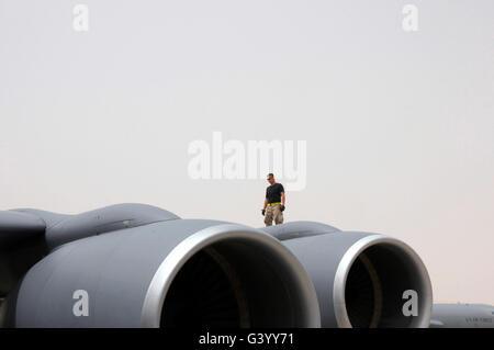 Ein Crewchef geht den Flügel einer Boeing KC-135. - Stockfoto