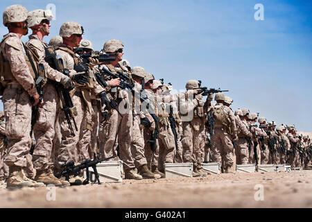 Marines überprüfen Sie, ob der Schlacht Anblick auf ihre Gewehre im Camp Leatherneck, Afghanistan Nullen. - Stockfoto