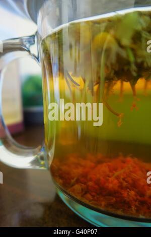 Brauen Chamomlle Kräutertee in einer Glasschale - Stockfoto