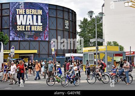 Checkpoint Charlie (Checkpoint C) war der bekannteste Berliner Mauer-Grenzübergang zwischen Ost- und West-Berlin - Stockfoto