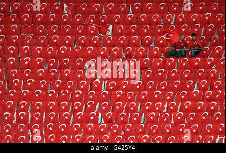 Nizza, Frankreich. 17. Juni 2016. Zwei türkische Fans sitzen alleine machen unter Nationalflaggen auf der Tribüne - Stockfoto