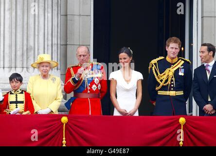 (Von links - rechts) Queen Elizabeth II., Duke of Edinburgh, Pippa Middleton, Prince Harry und James Middleton begrüßen die Menschenmassen auf dem Balkon des Buckingham Palace, London, nach der Hochzeit von Prinz William und Kate Middleton in Westminster Abbey. Stockfoto