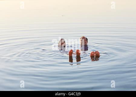 -MODELL VERÖFFENTLICHT. Paar im Meer schwimmende. - Stockfoto