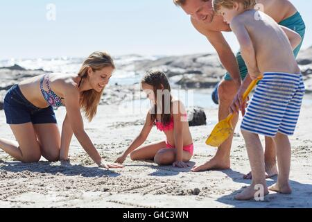 bruder und schwester am strand sandburg bauen stockfoto bild 65384400 alamy. Black Bedroom Furniture Sets. Home Design Ideas
