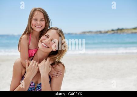 -MODELL VERÖFFENTLICHT. Mutter mit Tochter auf ihrem Rücken, Porträt. - Stockfoto