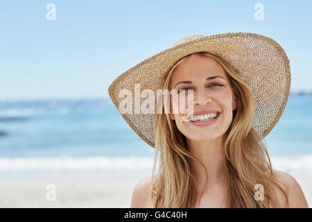 -MODELL VERÖFFENTLICHT. Junge Frau trägt einen Sonnenhut, Porträt. - Stockfoto