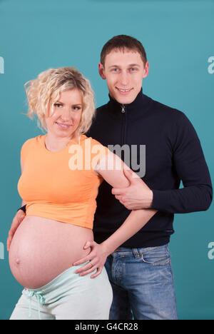 Schwangere Frau mit Mann - Stockfoto