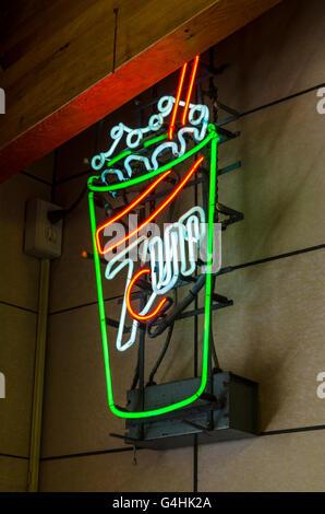 Oldtimerbus 7-Up Limonade Werbung Neon suchen - Stockfoto