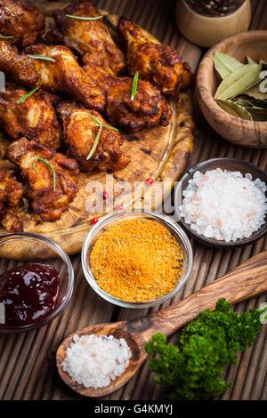 BBQ Chicken Wings mit Gewürze und dips - Stockfoto
