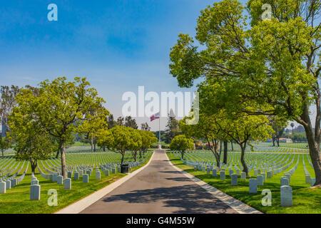 Lane in Los Angeles Soldatenfriedhof führt zu großen amerikanischen Fahnenstange. - Stockfoto