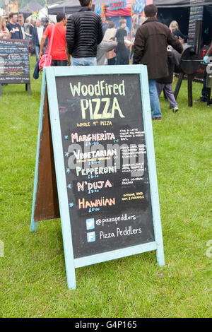 Woodfired Pizza Sign Food Stall vans auf dem Afric Oye Festival in Sefton Park, Liverpool, Merseyside, Großbritannien - Stockfoto