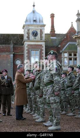 Der Prinz von Wales, Oberst- in- Chief das Mercian Regiment überreicht Feldmedaillen an Militärangehörige und Frauen des 3. Bataillons des Mercian Regiments im Sandringham House, auf dem königlichen Anwesen, in Norfolk.