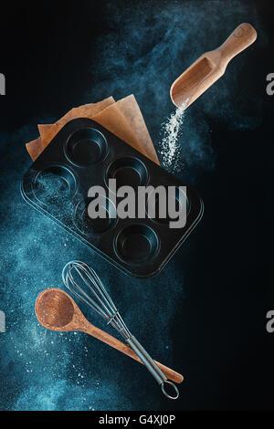 Küche durcheinander: hausgemachte Muffins Backen Stockfoto