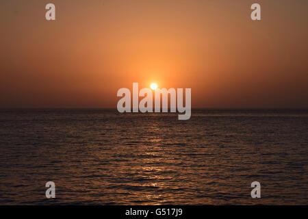 Sonnenuntergang über dem Mittelmeer Meer von Cala Saona, Formentera - Stockfoto