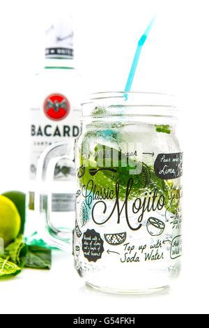 Klassischen Mojito cocktail in einem Kilner Einmachglas mit einer Flasche Bacardi isoliert auf weißem Hintergrund Stockfoto