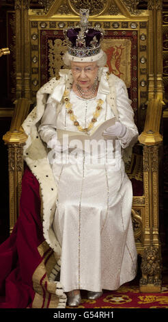 Königin Elizabeth II. Hält ihre Rede während der Staatseröffnung des Parlaments im House of Lords, London.