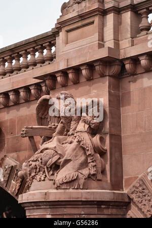 Berlin, Deutschland. Schnitzen eines kaiserlichen Adlers auf der Moltkebrücke (1891) über der Spree - Stockfoto