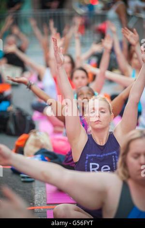 New York, USA. 20. Juni 2016. Tausende von Yoga-Praktizierende pack am ersten Tag des Sommers, Montag, 20. Juni - Stockfoto