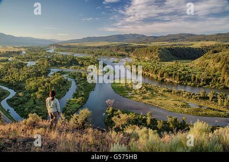Eine Frau genießt die Aussicht von einer Klippe über dem Swan-Tal des Snake River in die Morley Nelson Snake River - Stockfoto