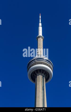 Der CN Tower in Toronto, CN Tower ist der weltweit 9. höchste frei stehende Struktur und schwebt hoch über Toronto, - Stockfoto