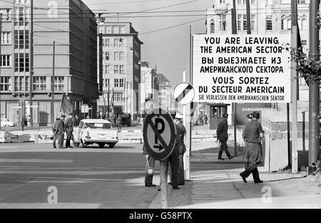 Berlin. Checkpoint in West-Berlin zwischen dem amerikanischen und sowjetischen Sektor, Oktober 1961. - Stockfoto