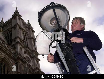 """Phil Banner ein lamplighter in London, überprüft eine Gaslampe außerhalb Westminster Abbey, im Zentrum von London. Die Gewerkschaftsführer haben eine Lohnforderung für Arbeitnehmer, die Gaslampen aus dem Jahr 1765 unterhalten, erneut angefacht. * EIN heller Funke bei der GMB-Gewerkschaft entdeckte, dass ein Anspruch auf eine Farthing, der von der sorgfältigen Gesellschaft der Lamplighters vor 236 Jahren eingereicht wurde, nicht geklärt war. Die Gewerkschaft, die vier Arbeiter vertritt, die vor dem Buckingham Palace in London und in den Royal Parks der Hauptstadt noch immer Gaslampen anzüten und unterhalten, hat British Gas über die """"ausstehende"""" Beschwerde geschrieben."""