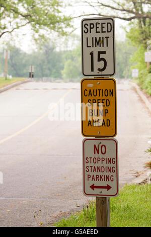 Tempolimit, Speed Bump Ahead und kein halten mehr, keine Stellung, kein Parkplatz-Beschilderung - Stockfoto