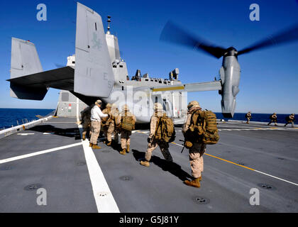 Marines an Bord ein MV-22 Osprey an Bord der USS New York. - Stockfoto