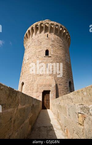 Vertikale Ansicht des Bergfrieds Schloss Bellver in Palma de Mallorca. - Stockfoto