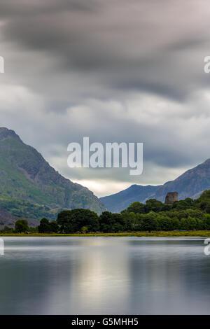 Llanberis, Gwynedd, Nordwesten Wales, See Llyn Padarn am Fuße des Snowdon und Dolbararn Burg. - Stockfoto