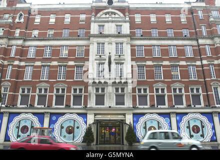 Allgemeine Ansicht des Kaufhauses Harvey Nichols im Londoner Knightsbridge, Dienstag, 25. Dezember 2001, nachdem Raider in den frühen Morgenstunden in das Geschäft eindrangen und einen Wachmann festgebunden hatten. Der 30-Jährige wurde bei dem Vorfall, den Scotland Yard glaube, von drei Personen, wahrscheinlich bewaffnet, durchgeführt wurde, nicht verletzt.