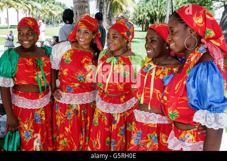 Miami Florida Beach haitianische Frau Tänzer Kostüm outfit Kleidung folk Quadrille karabela Kleid traditionelle - Stockfoto