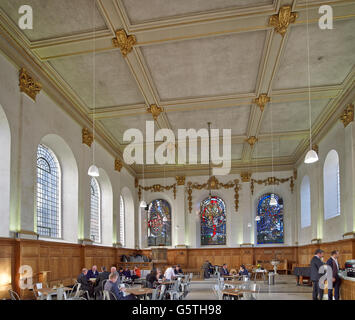 St Nicholas Cole Abbey, Kirche in der City of London; Innenraum in ein Café umgewandelt - Stockfoto