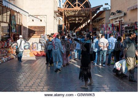 Asiatische Touristen nehmen eine Selfie vor dem Eingang von den Textil-Souk bekannt als Bur Dubai Souk, Vereinigte - Stockfoto