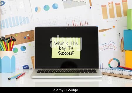 WAS IST DER SCHLÜSSEL ZUM ERFOLG? Notiz auf dem Laptop-Bildschirm eingefügt - Stockfoto