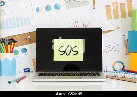 SOS-Notiz auf dem Laptop-Bildschirm eingefügt - Stockfoto