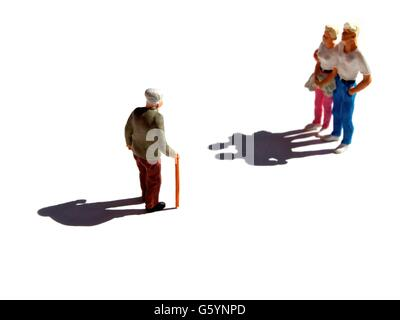 Älterer Mann mit Blick auf junges Paar, Miniatur-Figuren - Stockfoto