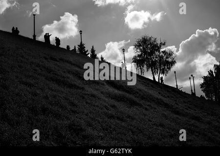 Niedrige wichtige Sommer schwarz-weiß Parklandschaft mit weit entfernten Menschen-Silhouetten - Stockfoto
