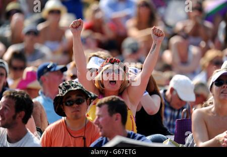 Die Fans reagieren auf Murray Mount, als sie sehen, wie der britische Andy Murray am dreizehnten Tag der Wimbledon-Meisterschaften beim All England Lawn Tennis und Croquet Club in Wimbledon in ihrem Herrenfinale auf der großen Leinwand Serbiens Novak Djokovic spielt.