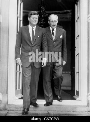 Politik - US-Präsident John f. Kennedy und PM Harold Macmillan - Birkenhain, England - Stockfoto