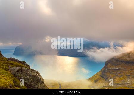 Mit Blick auf die Insel Vagar vom Skaelingur Berge am Ende des Tages auf Streymoy, Färöer, Dänemark - Färöer - HDR - Stockfoto