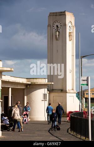 UK, County Durham, Hartlepool, Seaton Carew, restauriert neu, Art-deco-Clock Tower und Bushaltestelle - Stockfoto