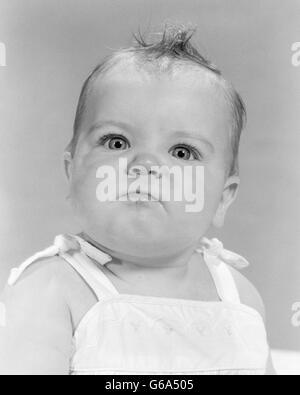 1950S 1960S PORTRAIT BABY WÜTEND MAD BEDEUTEN KRIEGFÜHRENDEN GESICHTSAUSDRUCK, BLICK IN DIE KAMERA - Stockfoto