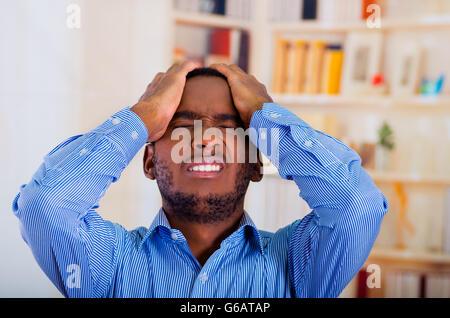 Mann mit beiden Händen am Kopf denken Sie daran, dass er etwas vergessen - Stockfoto