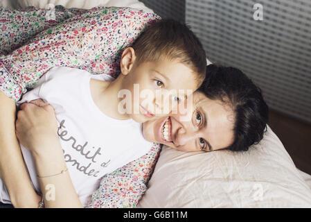 Mutter Sohn umarmen, portrait - Stockfoto