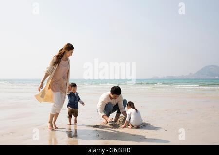 Glückliche asiatischen Familie viel Spaß am Strand