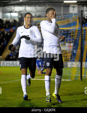 Englands Raheem Sterling (rechts) feiert mit Tom Ince, nachdem er das zweite Tor des Spiels gegen San Marino erzielt hatte.